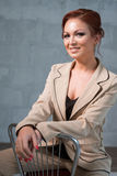 Vrouw in modieuze beige pantsuit in studio stock foto