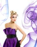 Vrouw in modieuze kleding Stock Afbeelding