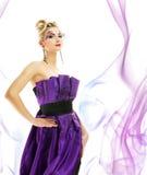 Vrouw in modieuze kleding Royalty-vrije Stock Foto's
