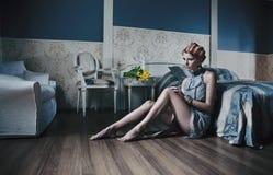 Vrouw in modieuze ruimte Stock Foto's