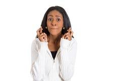 Vrouw, moeder die haar vingers kruisen die, wachten, die op beste vragen hopen Royalty-vrije Stock Fotografie