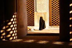 Vrouw in moskee Ulu Jami Stock Afbeeldingen