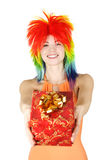 Vrouw in multicolored pruik met gift Royalty-vrije Stock Foto's