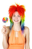 Vrouw in multicolored pruik met grote lolly Royalty-vrije Stock Fotografie