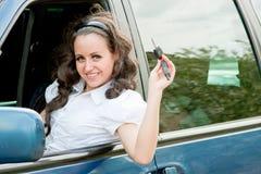 vrouw na het roer van auto met de sleutels in handen Royalty-vrije Stock Afbeeldingen