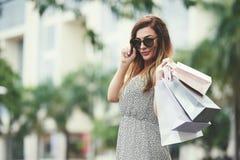 Vrouw na het winkelen stock foto's