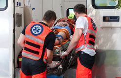 Vrouw na ongeval binnen ziekenwagen Royalty-vrije Stock Fotografie