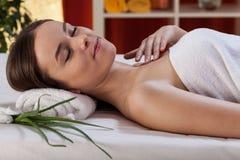 Vrouw na schoonheidstherapie met aloë Royalty-vrije Stock Foto
