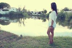 Vrouw naast een pond Royalty-vrije Stock Fotografie