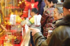 Vrouw naast gouden winkel Royalty-vrije Stock Afbeelding