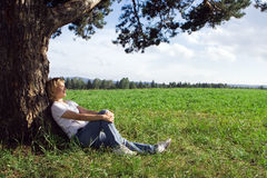 Vrouw onder boom Stock Foto's