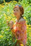 Vrouw onder de bloemen Stock Afbeeldingen