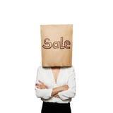 Vrouw onder document zak met geschreven verkoop Stock Afbeeldingen