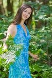 Vrouw onder groene bladeren in het bos stock foto's