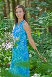 Vrouw onder groene bladeren in het bos royalty-vrije stock afbeeldingen