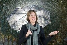 Vrouw onder paraplu Stock Foto's