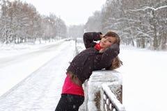 Vrouw onder sneeuw Stock Foto's