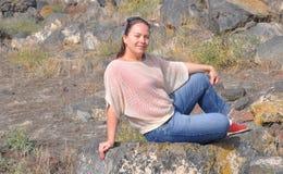 Vrouw onder stenen Stock Foto