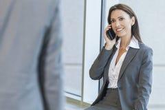 Vrouw of Onderneemster die de Telefoon van de Cel met behulp van Stock Afbeelding