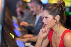 Vrouw ongelukkig met het gokken resultaat royalty-vrije stock afbeeldingen