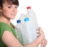Vrouw ongeveer om te recycleren Royalty-vrije Stock Afbeelding