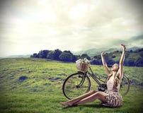 Vrouw ontspannen die op het gras liggen stock fotografie