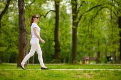 Vrouw ontspannen het op middelbare leeftijd in stadspark royalty-vrije stock foto
