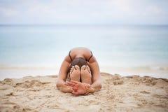 Vrouw in Ontspanning op Tropisch Strand met zand, lichaamsdelen yoga, en meditatie Stock Foto