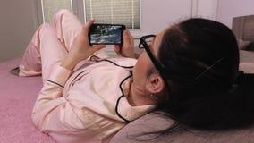 Vrouw ontvangen videobericht op smartphone stock videobeelden