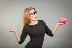 Vrouw in oogglazen die verwarde holdingshersenen zijn Stock Foto's