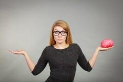 Vrouw in oogglazen die verwarde holdingshersenen zijn Royalty-vrije Stock Fotografie