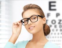 Vrouw in oogglazen met ooggrafiek stock afbeelding
