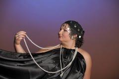 Vrouw in oosterse robes in zwarte met parels royalty-vrije stock foto's