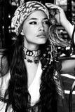 Vrouw in oosterse zwart-witte kleren stock fotografie