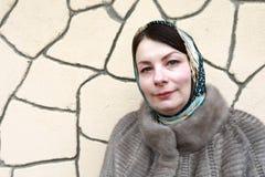 Vrouw op achtergrond van concrete muur royalty-vrije stock foto