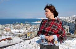 Vrouw op achtergrond van de stad Stock Foto's