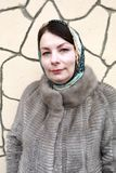 Vrouw op achtergrond van muur stock foto