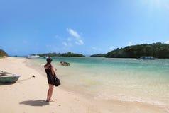 Vrouw op baai van een eiland in zuiden van Japan Stock Foto