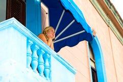 Vrouw op balkon Stock Foto