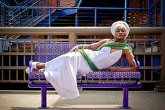Vrouw op bank Stock Foto's