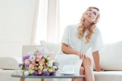 Vrouw op bank met huwelijksboeket Royalty-vrije Stock Afbeelding