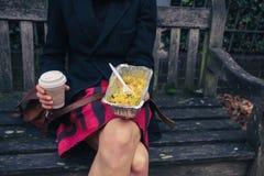 Vrouw op bank met Indisch voedsel Royalty-vrije Stock Afbeeldingen