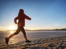 Vrouw op beah in werking die wordt gesteld die Concept van de wintersporten het openluchtgeschiktheid stock afbeelding
