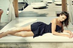 Vrouw op bed stock foto
