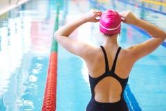 Vrouw op begin van het zwemmen Royalty-vrije Stock Afbeeldingen