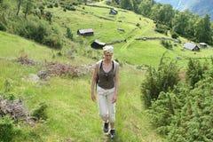 Vrouw op bergrout Stock Foto's