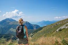Vrouw op bergsleep stock fotografie