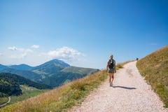 Vrouw op bergsleep stock afbeelding