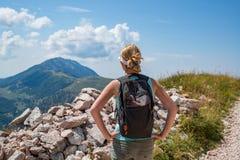 Vrouw op bergsleep stock foto's
