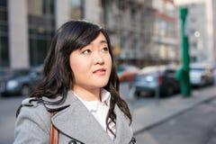 Vrouw op bezige straat Stock Afbeeldingen